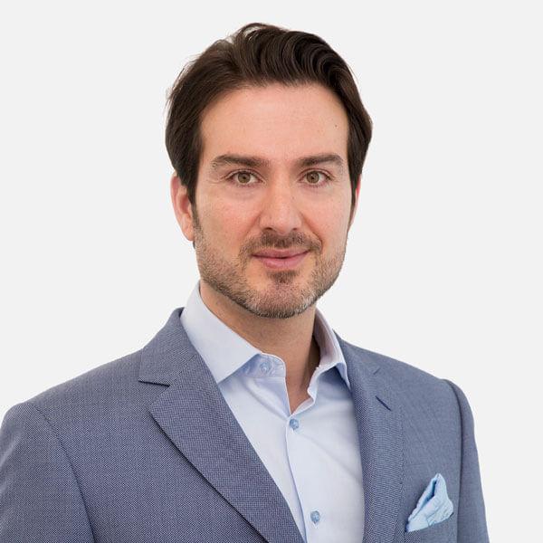 Schönheitschirurg Dr. Sina Djalaei