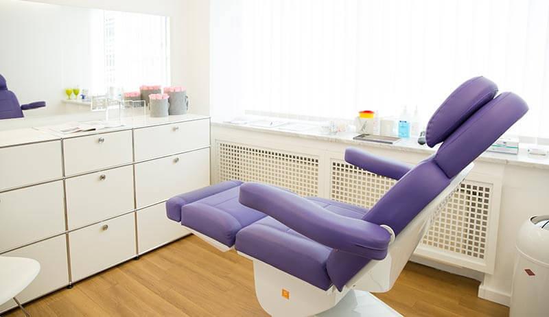 Ein Behandlungstuhl in einem Praxisraum